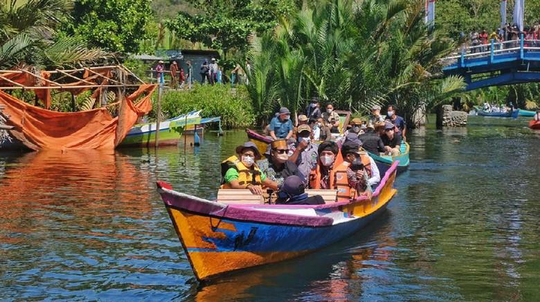 Menparekraf Sandiaga Uno terlihat asyik menjelajag sungai di Rammang-rammang, Maros, Sulawesi Selatan.