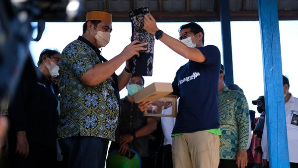 Desa Wisata Rammang-Rammang juga terkenal dengan Atraksi Budaya, salah satunya Tarian Tradisional Makassar yaitu Tarian Paduppa yang biasanya dipentaskan untuk menyambut tamu.