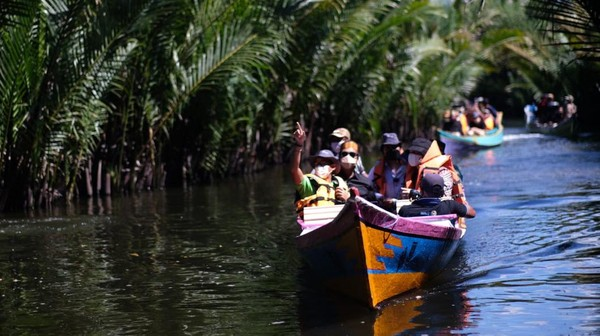 Ini momen saat Sandiaga Uno menjelajah aliran sungai di kawasan Rammang-rammang.