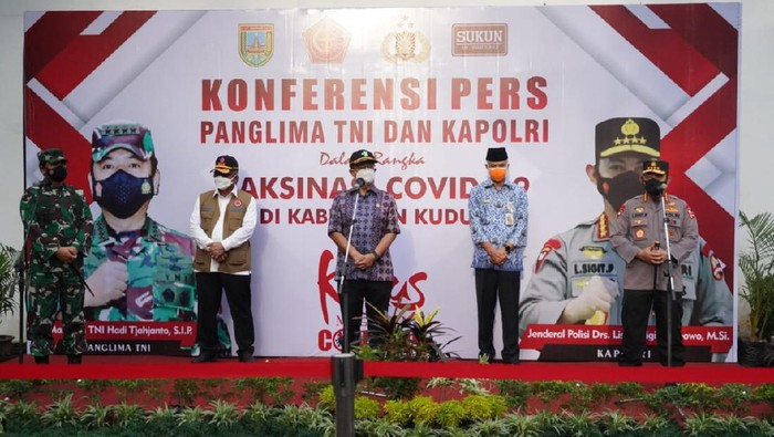 Panglima TNI Marsekal Hadi Tjahjanto bersama Panglima TNI Kapolri Jenderal Listyo Sigit Prabowo dan Menteri Kesehatan Budi Gunadi Sadikin datang ke Kudus mengecek vaksinasi massal, Kamis (17/6/2021).