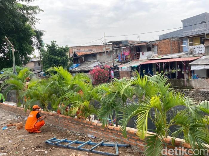Pembangunan taman di sebelah Jembatan Kota Paris, Johar Baru, Jakarta Pusat, 17 Juni 2021. (Annisa Rizky Fadhila/detikcom)