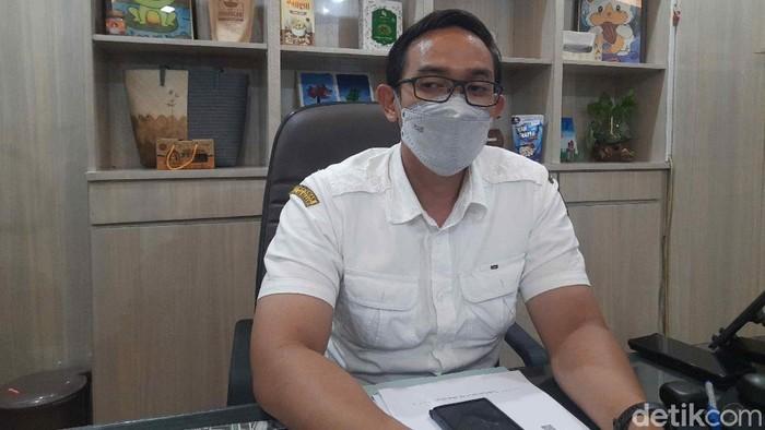 Kabag Humas Pemkot Surabaya Febriadhitya Prajatara di ruang kerjanya, Kamis (17/6/2021).