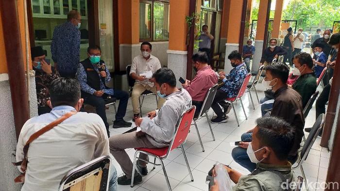 Pemkot Surabaya menggelar audiensi dengan Gerakan Selamatkan Jatim (GAS). Audiensi terkait kebijakan penyekatan di Suramadu, Surabaya.