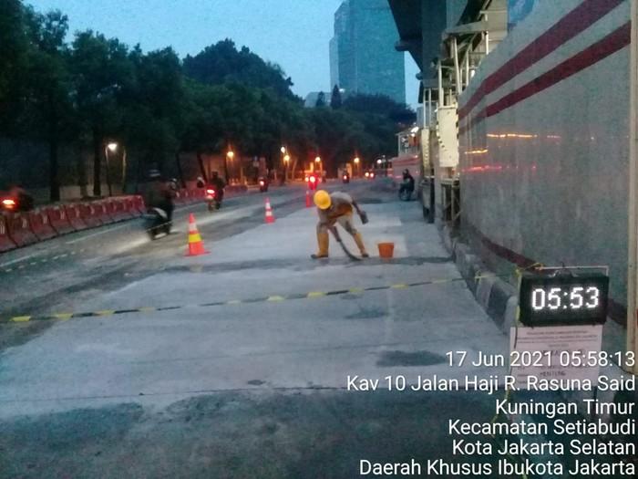 Penambalan busway Halte Kuningan Timur dengan beton. (Dok Dinas Bina Marga DKI)