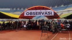 Stadion Gelora Bandung Lautan Api (GBLA) dipadati masyarakat. Warga berbondong-bondong datang untuk melakukan vaksinasi COVID-19 massal.