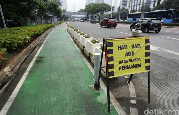 Komisi III DPR RI meminta Kapolri tegas mengevaluasi keberadaan jalur sepeda Sudirman-Thamrin. Jalur itu diminta dibongkar dan dipakai bersama-sama para pengguna jalan dengan risiko ditanggung sendiri-sendiri.