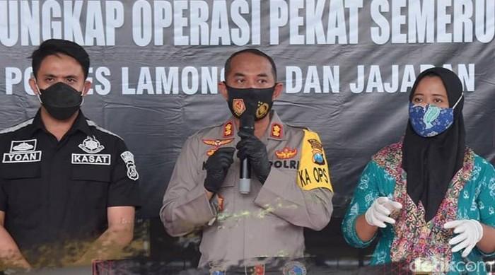 Seorang kades di Lamongan terjerat kasus perzinaan dan narkoba. Pemkab Lamongan masih menunggu putusan resmi dari kasus tersebut.