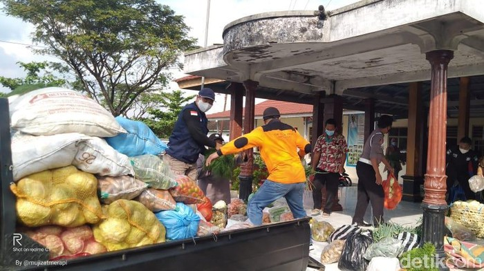 Petani Selo mengirimkan bantuan sayuran untuk warga yang sedang isolasi mandiri Corona di Kecamatan Simo, Boyolali, Kamis (17/6/2021).