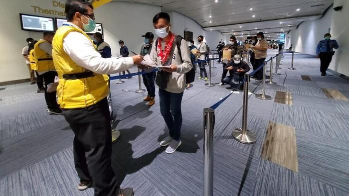 Petugas memeriksa 172 ABK WNI yang kembali dari Fiji.