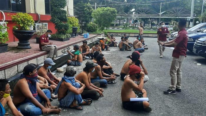 Polisi terus melakukan razia terhadap preman yang ada di wilayah Sumut. Di hari kelima ini sudah 911 orang preman yang diamankan. (dok Polda Sumut)