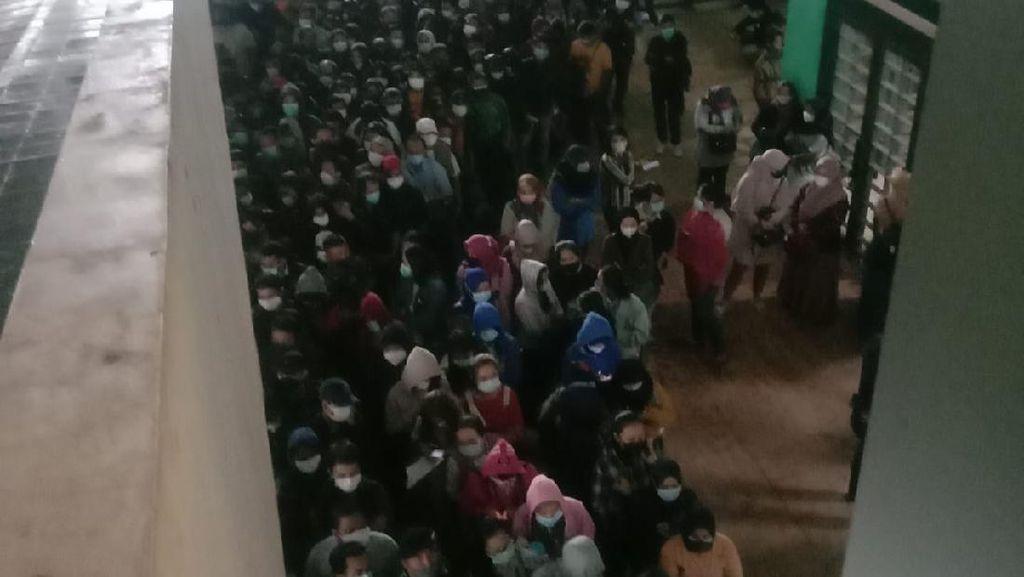 Ramai Kerumunan Vaksinasi Massal di Stadion GBLA Bandung