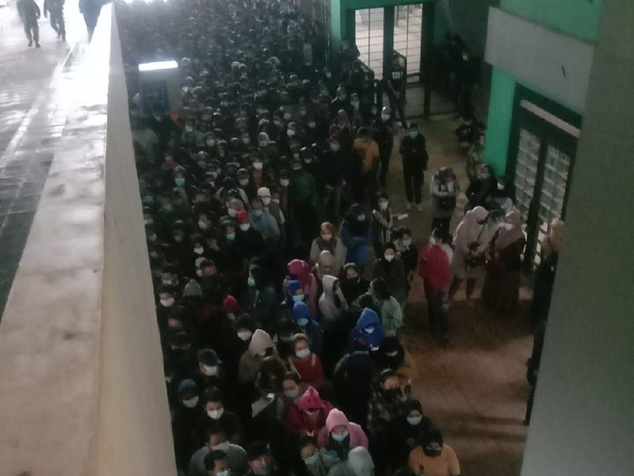 Ramai foto kerumunan vaksinasi massal di Stadion GBLA Bandung