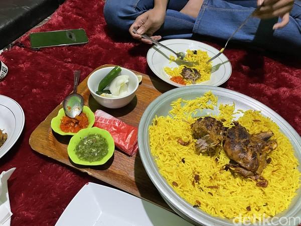 Kumpulan toko, kafe, hingga restoran khas Arab begitu lekat dengan kawasan Cipanas, Cianjur. Kini, semua itu sekarat karena pelanggannya, turis Arab yang jadi pelaku kawin kontrak tak juga datang.