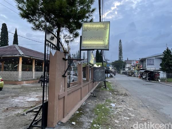 Nah, salah satu destinasi favorit turis Arab itu ke Cipanas yang memiliki hawa sejuk. Selama tinggal di Indonesia, mereka makan di rumah atau pun kalau makan di luar, mereka mencari santapan yang sudah akrab dengan lidah mereka.