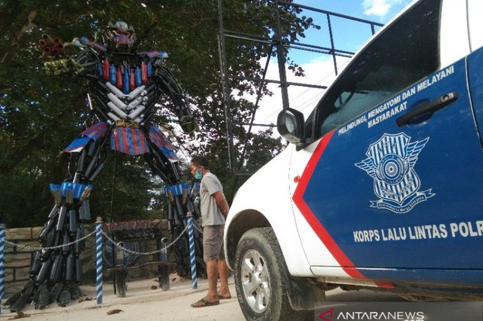 Robot mirip transformers dipajang di depan pos lalu lintas pelataran eks MTQ Kendari, di Jalan Ahmad Yani, Kecamatan Madonga, Kendari, Rabu (16/5/2021). (ANTARA/Harianto)