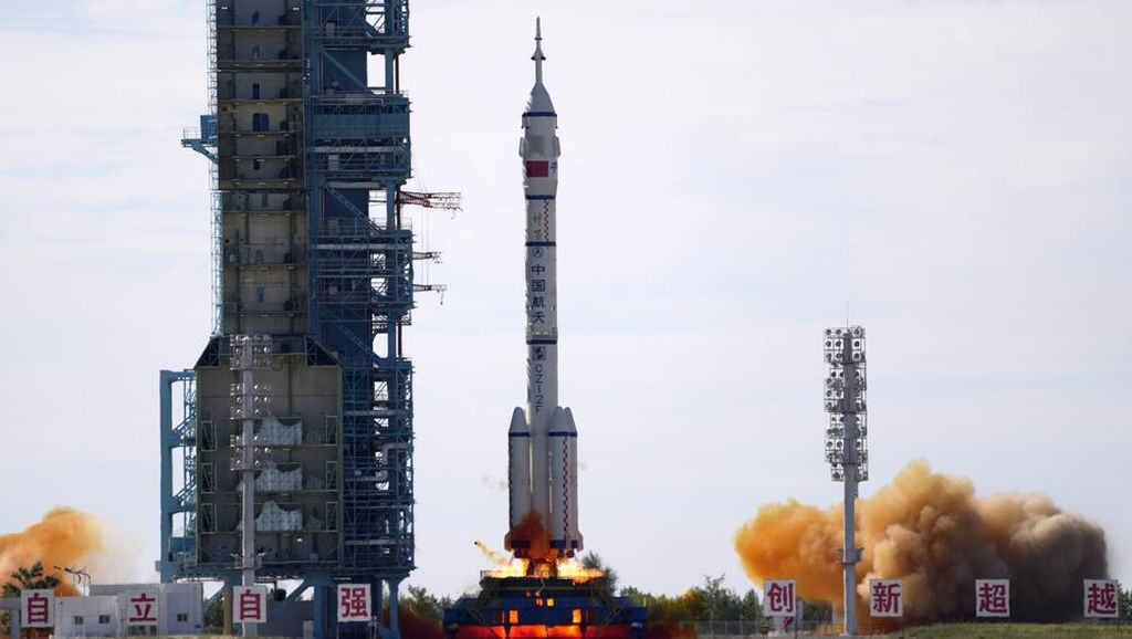 3 Astronaut China Sukses Merapat ke Stasiun Luar Angkasa