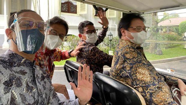 Usai rapat bersama Presiden Joko Widodo (Jokowi), Rabu 16 Juni siang, Menparekraf Sandiaga Salahuddin Uno sempat menjadi sopir tembak di Istana Merdeka.