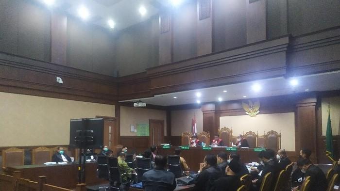 Sidang kasus suap ekspor benur dengan terdakwa Edhy Prabowo berlangsung hingga sepertiga akhir malam.
