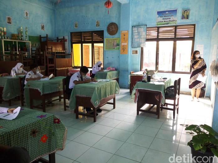 Suasana simulasi pembelajaran tatap muka (PTM) di SMPN 7 Kota Medan (Datuk Haris Molana/detikcom)