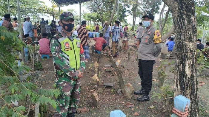 Suasana TPU di salah satu desa di Kecamatan Sayung, Demak tempat pemakaman jenazah tanpa protokol COVID-19, Kamis (17/6/2021)
