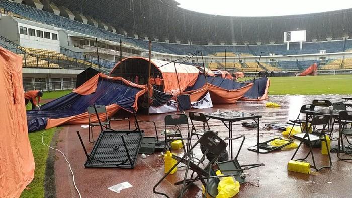 Tenda vaksinasi massal di Stadion GBLA Bandung ambruk disapu angin kencang