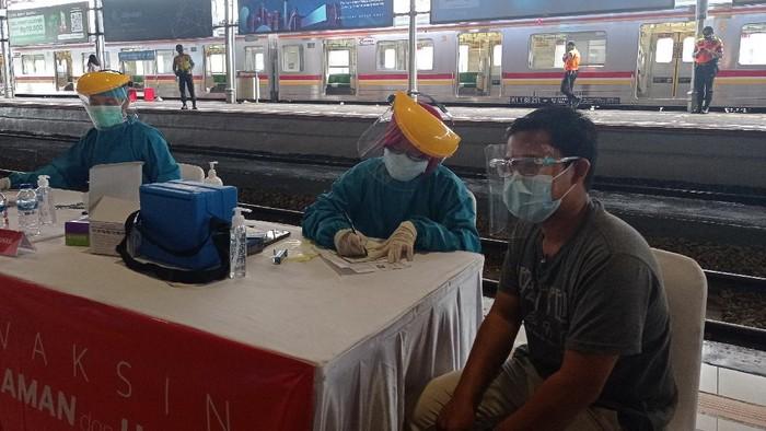 Vaksinasi Corona untuk pengguna KRL di Stasiun Bogor (Wilda/detikcom)