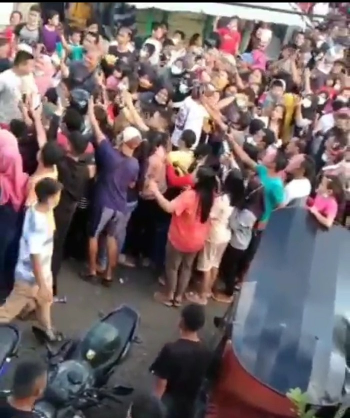Video warga berkerumun saat menyambut juara mixed martial arts (MMA) Windri Patilima jadi sorotan. (Screenshot video viral)