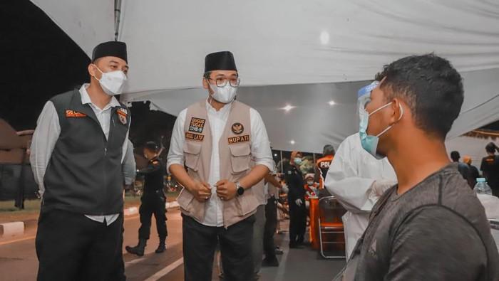 Wali Kota Surabaya Eri Cahyadi bersama Bupati Bangkalan R Abdul Latif Amin Imron