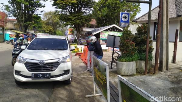 Mengetahui tempat wisata tutup, para pengunjung yang kadung sampai di lokasi kecewa berat. Salah satunya Rika Soraya (47), pengunjung asal Cirebon, Jawa Barat.
