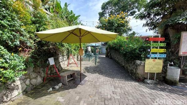 Rika baru mengetahui objek wisata di Lembang ditutup. Rika dan keluarganya berangkat dari Cirebon sekitar pukul 05.00 WIB demi berwisata.