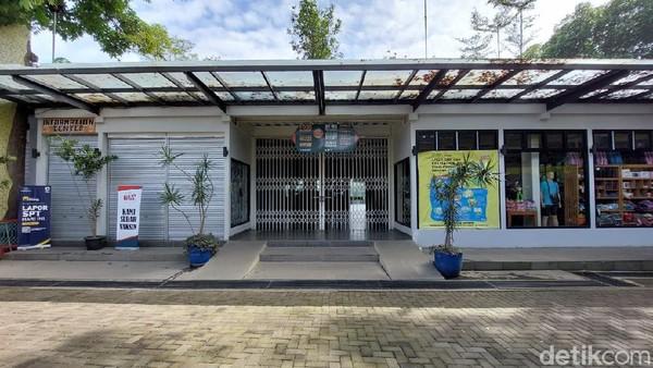 Wisatawan lainnya, yakni Putra Sanjaya (50), asal Jakarta. Dirinya terpaksa balik kanan lagi lantaran mendapati objek wisata di Lembang ditutup semua. Ia sudah berada di Bandung sejak dua hari belakangan.