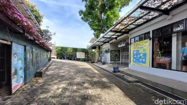 Sebelumnya, Pemkab Bandung Barat sudah mengeluarkan surat edaran Surat Edaran Nomor 556/1559-Disparbud tentang Penutupan Destinasi/Objek Wisata di Kabupaten Bandung Barat terhitung sejak 16 Juni hingga 22 Juni mendatang. Sementara sektor lainnya seperti hotel, resort, penginapan, restoran, rumah makan, hingga kafe tetap boleh beroperasi namun dengan pembatasan kapasitas maksimal 50 persen.