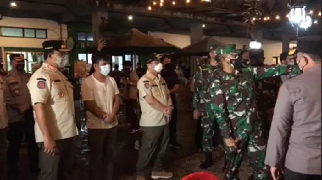 Anies Tutup-Denda Rp 50 Juta Kafe yang Didapati Langgar Prokes Saat Sidak