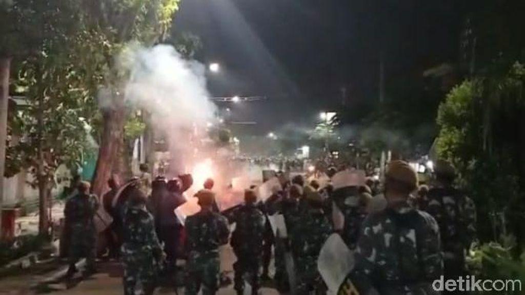 Ricuh, Polisi Tembakkan Gas Air Mata Bubarkan Massa Bonek