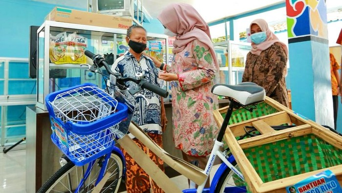 bupati ipuk menyerahkan bantuan sepeda untuk usaha ke warga