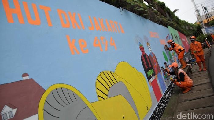 Beragam persiapan dilakukan menjelang HUT DKI Jakarta ke-494. Salah satu persiapan yang dilakukan adala menghiasi dinding sudut kota dengan mural.