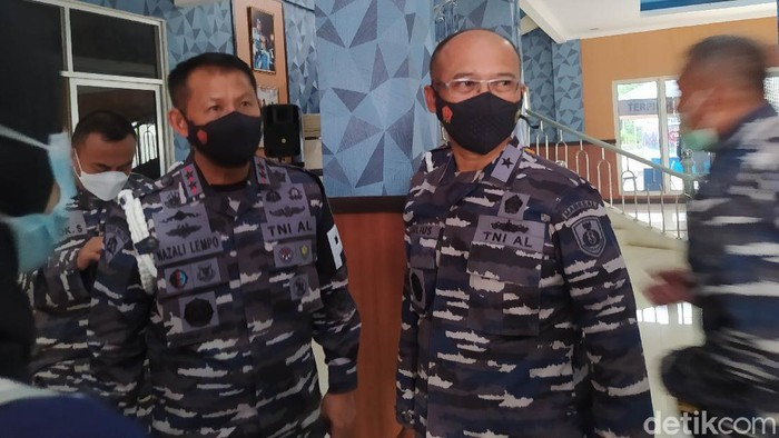 Danpuspomal Laksda TNI Nazali Lempo, sebelah kiri. (Adhyasta Dirgantara/detikcom)