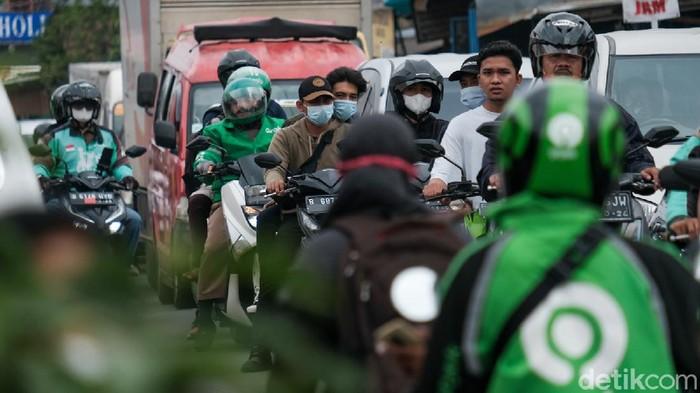 Perlintasan sebidang di dekat Stasiun Pondok Ranji, Tangerang Selatan, kerap menjadi titik kemacetan. Puncaknya biasa terjadi pada jam berangkat-pulang kerja.