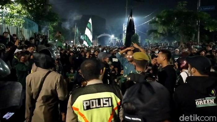 Klub sepakbola Persebaya Surabaya akan merayakan hari jadinya Jumat (18/6). Sejak kamis malam, Bonek sudah memadati jalan menuju Stadion Tambaksari, Surabaya.