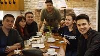 10 Momen Kulineran Jonathan Frizzy dengan Keluarga Kecilnya