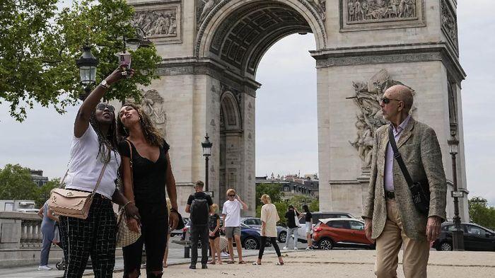 Prancis longgarkan jam malam dan aturan penggunaan masker di luar ruangan. Pencabutan aturan ini dilakukan usai kasus COVID-19 di negara itu dinilai menurun.