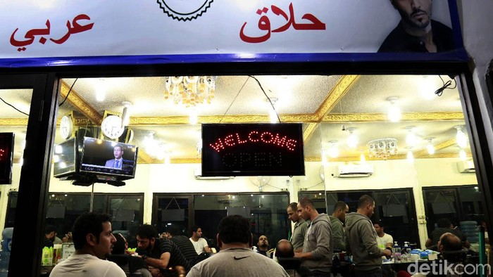 Kawasan Puncak punya daya tarik tersendiri bagi wisatawan Timur Tengah. Kehadiran para turis itu tak hanya beri warna baru tapi juga ubah wajah kawasan Puncak.