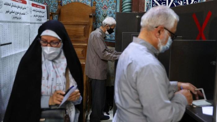 Iran gelar pemilihan presiden hari ini. Proses pemungutan suara pun digelar dengan terapkan protokol kesehatan karena diselenggarakan di masa pandemi COVID-19.