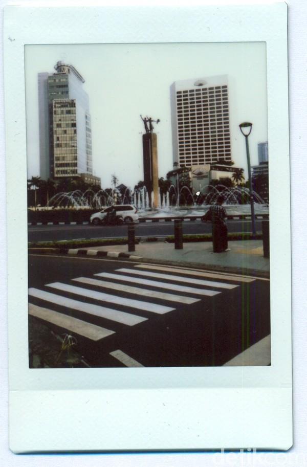 Pembangunan Bundaran HI digagas oleh Presiden Soekarno sebagai bagian dari persiapan penyelenggaraan Asian Games 1962 di Jakarta. Pembangunan Monumen Selamat Datang pun bukan tanpa alasan, Presiden Soekarno ingin ada sebuah monumen yang dapat menjadi representasi karakter bangsa Indonesia untuk menyambut para tamu yang tiba di Jakarta dalam rangka penyelenggaraan Asian Games. Rancangan awal monumen ini dikerjakan oleh Henk Ngantung yang merupakan Wakil Gubernur DKI Jakarta pada saat itu. Proses pembuatan monumen ini pun dipimpin oleh pematung kebanggaan Indonesia yakni Edhi Sunarso. Monumen Selamat Datang pun kemudian diresmikan Presiden Soekarno pada tahun 1962.