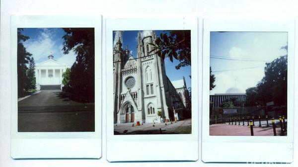 Penampakan Gereja Immanuel, Gereja Katedral Jakarta, dan Masjid Istiqlal di kawasan Ibu Kota. Gereja Immanuel yang dibangun pada tahun 1834 didirikan sebagai tempat ibadah bagi umat Protestan sementara Gereja Katedral dibangun sebagai tempat ibadah untuk umat Katolik di Batavia. Berada di seberang Gereja Katedral, Masjid Istiqlal dibangun pada tahun 1961. Salah satu masjid terbesar di Asia Tenggara ini didesain oleh Friedrich Silaban. Diketahui, nama Istiqlal diambil dari bahasa Arab yang berarti merdeka.