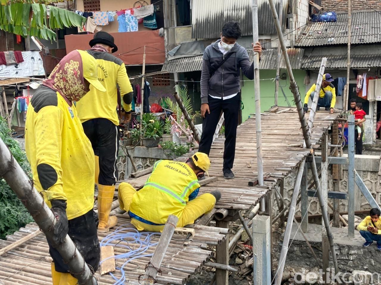 Jembatan bambu reyot di Kebon Jeruk mulai dibongkar, 18 Juni 2021. (Annisa Rizky Fadhila/detikcom)