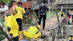 Renovasi Total Jembatan Bambu Reyot Kebon Jeruk Sudah 40%