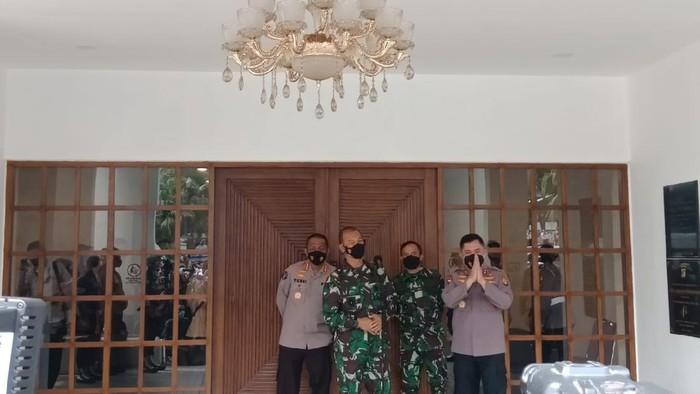 Kapolda Metro Irjen Fadil Imran dan Pangdam Jaya Mayjen TNI Mulyo Aji rapat terkait penanganan COVID-19 DKI Jakarta
