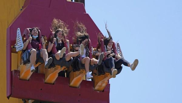 Sejumlah pengunjung tampak asyik bermain salah satu wahana permainan di Taman Hiburan Cinecitta World yang kembali dibuka untuk umum.