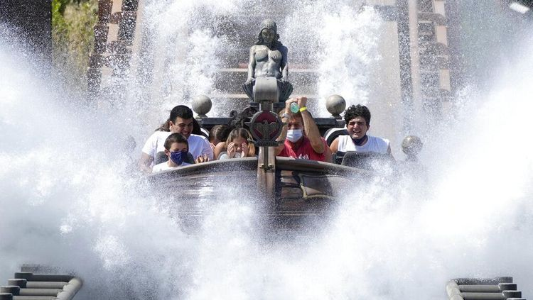 Kembali Dibuka, Warga Italia Ramai-ramai Bermain di Taman Hiburan